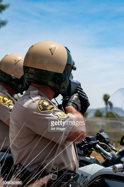 レーダー銃道路交通法施行 - 保安官 ストックフォトと画像