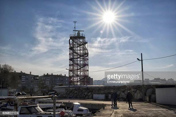radar tower in bay of izmir. - emreturanphoto stock-fotos und bilder