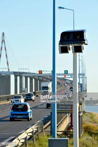 Radar tronçon contrôlant la vitesse moyenne des véhicules sur la distance correspondant au franchissement du pont de SaintNazaire sur l'estuaire de...