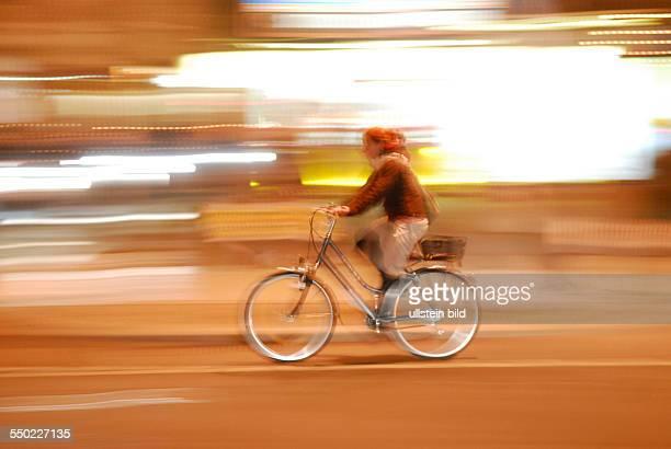 Radfahrerin fährt durch Berlin