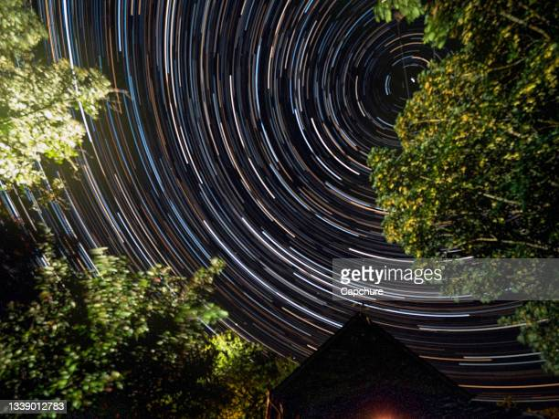 radial star trails in the night sky. - space and astronomy stock pictures, royalty-free photos & images
