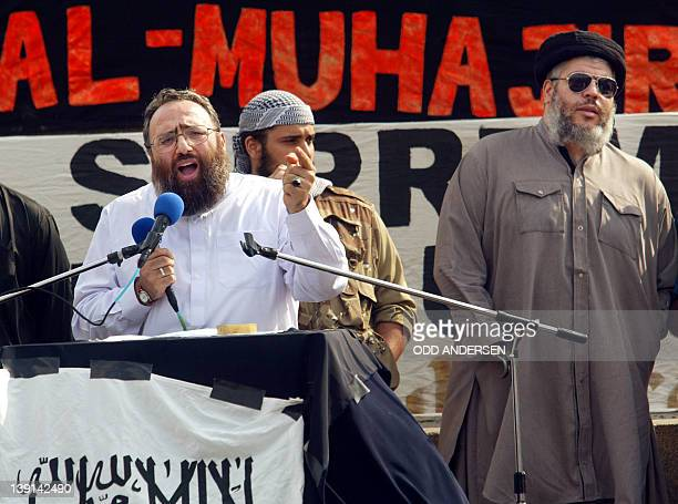Radical muslim clerk Sheikh Omar Bakri Muhammad gestures while addressing devotees as fellow clergyman Sheikh Abu Hamza waits his turn at the 'Rally...