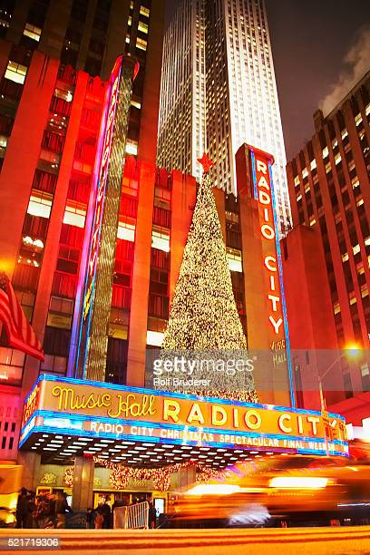 radio city music hall at christmas - rockefeller centre stock pictures, royalty-free photos & images