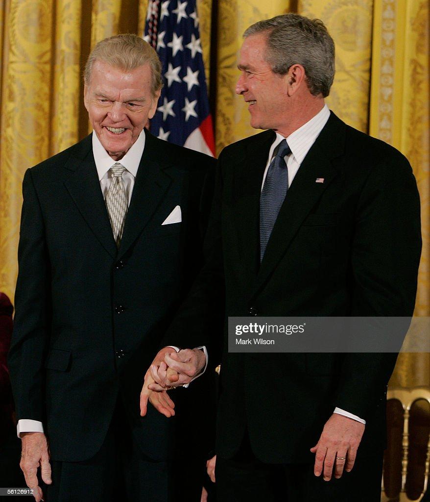 Bush Honors Presidential Medal Of Freedom Recipients : Nachrichtenfoto