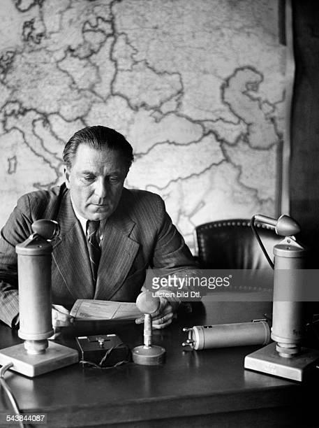 Radio presenter Mr Goerdel is reading the 'Front Reports' Photographer Curt Ullmann ca 1940Vintage property of ullstein bild