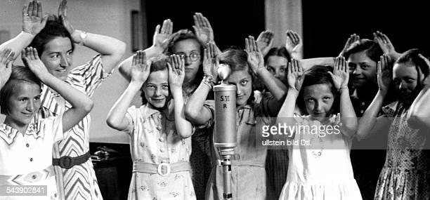 Radio show 'Kinderliedersingen' in the Reichssender Berlin Choir director Emmy GoedelDreising with her children's choir Photographer Curt Ullmann...