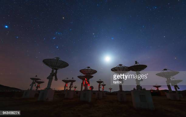 radio spectrum imager array under the constellation of orion and moon - broadcasting stock pictures, royalty-free photos & images