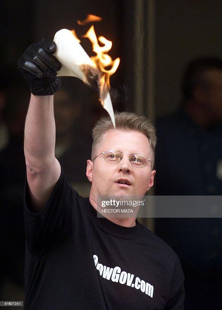 Radio talk-show host Bob Enyart burns the O.J. Sim : News Photo