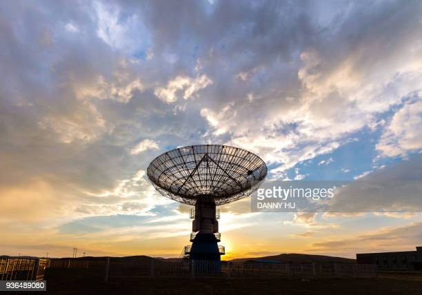 radio telescope at dusk - telecommunications equipment stock pictures, royalty-free photos & images