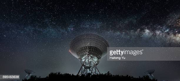 radio telescope at night - space exploration stock pictures, royalty-free photos & images