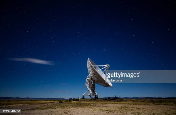 radio telescope at the very large array at night - receiver stock pictures, royalty-free photos & images