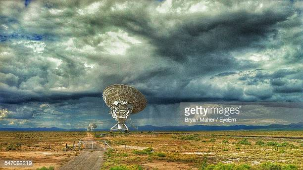 radio telescope at very large array against cloudy sky - national radio astronomy observatory stock pictures, royalty-free photos & images
