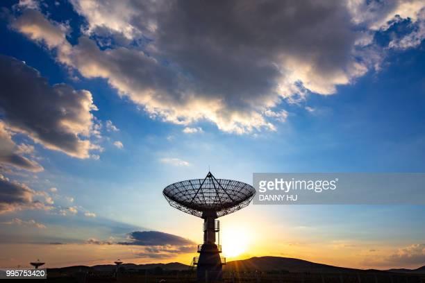 radio telescope in north china at dusk - 通信設備 ストックフォトと画像