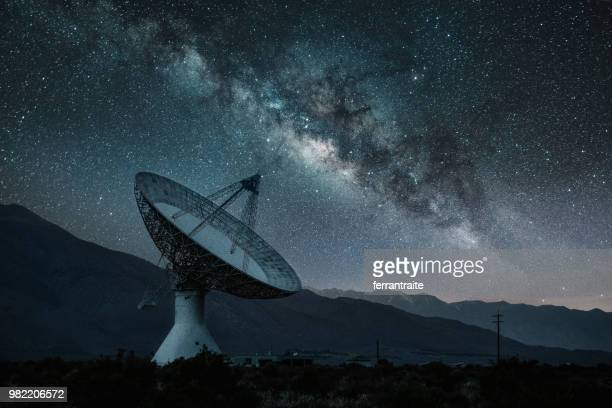 radio telescope observatory under starry night - receiver stock pictures, royalty-free photos & images
