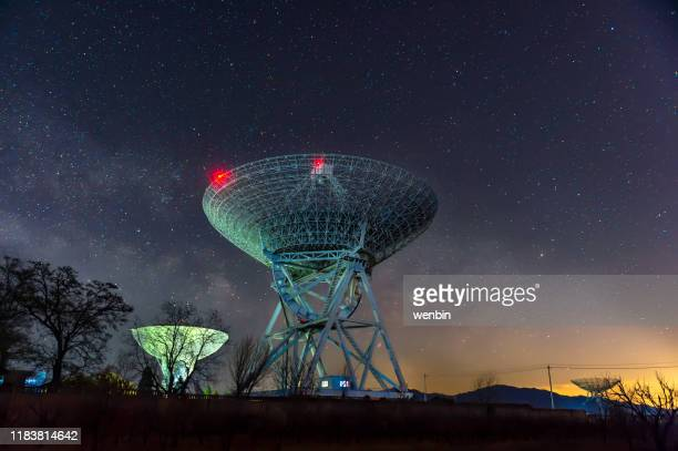 radio telescopes and the milky way - space exploration stock pictures, royalty-free photos & images