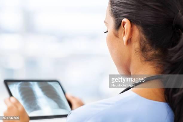 Radiologe analysieren X-Ray auf Tablet PC im Krankenhaus