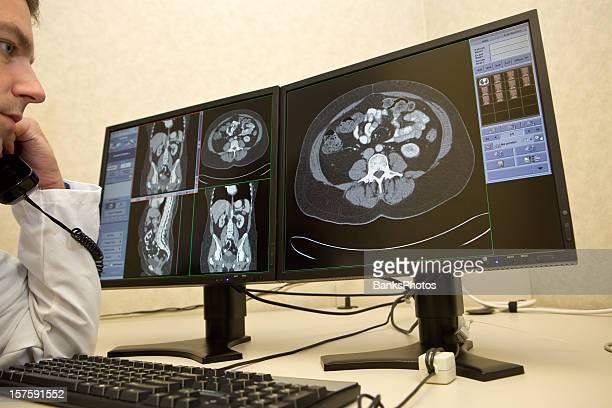 Radiologista telefone consulta com Gato exames em monitores