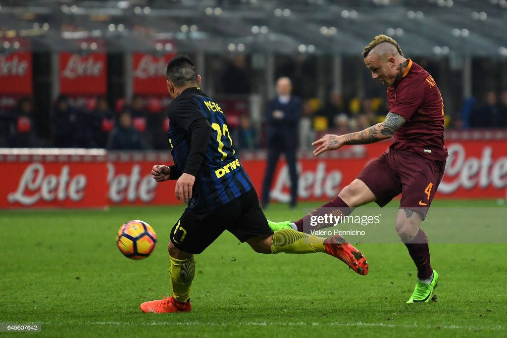 Radja Nainggolan (R) of AS Roma scores his second goal during the Serie A match between FC Internazionale and AS Roma at Stadio Giuseppe Meazza on February 26, 2017 in Milan, Italy.