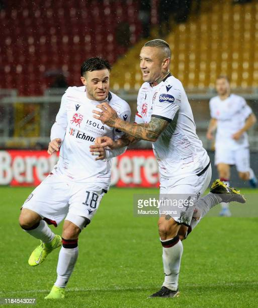 Radja Nainggolan of Cagliari celebrates the second goal during the Serie A match between US Lecce and Cagliari Calcio at Stadio Via del Mare on...