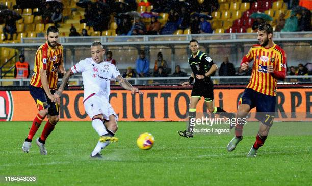 Radja Nainggolan of Cagliari scores the second goal during the Serie A match between US Lecce and Cagliari Calcio at Stadio Via del Mare on November...