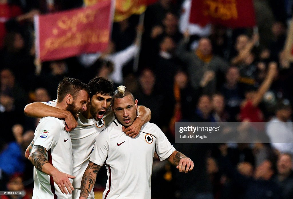 Radja Nainggolan of Roma celebrates after scoring his team's third goal during the Serie A match between US Sassuolo and AS Roma at Mapei Stadium - Citta' del Tricolore on October 26, 2016 in Reggio nell'Emilia, Italy.
