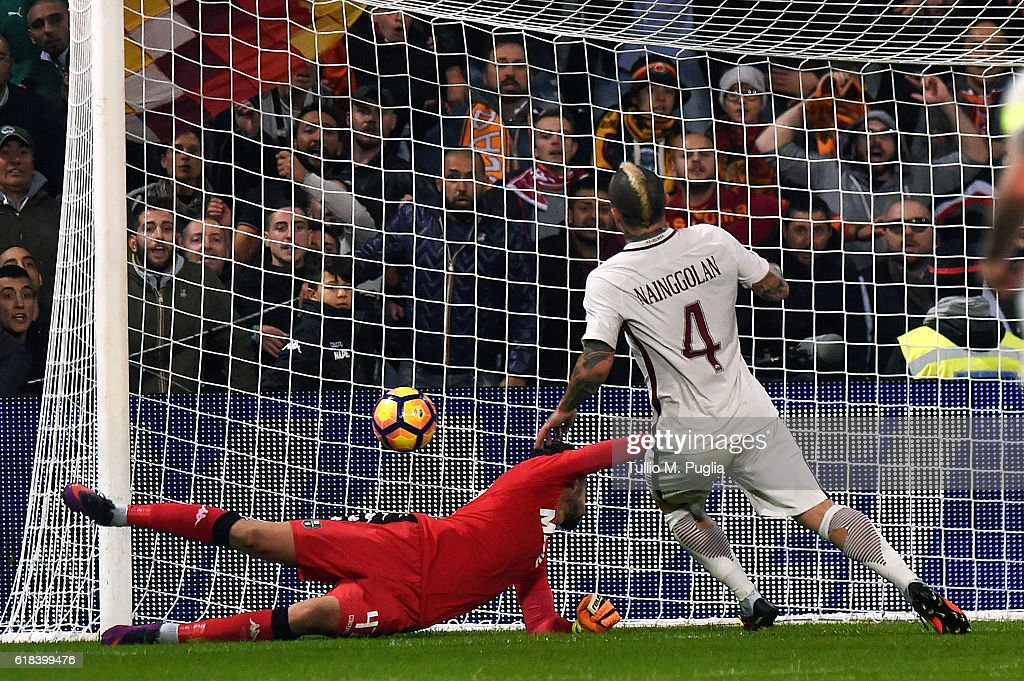 Radja Nainggolan of Roma scores his team's third goal during the Serie A match between US Sassuolo and AS Roma at Mapei Stadium - Citta' del Tricolore on October 26, 2016 in Reggio nell'Emilia, Italy.