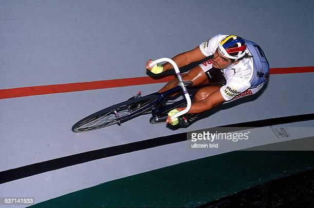 Radrennfahrer D in Aktion beim Kölner SechsTageRennen Februar 1990
