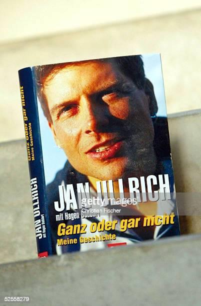 Radsport Buchvorstellung 2004 Leipzig Das Buch Ganz oder garnicht Meine Geschichte von Jan ULLRICH / GER TMobil steht nach der letzten Etappe der...