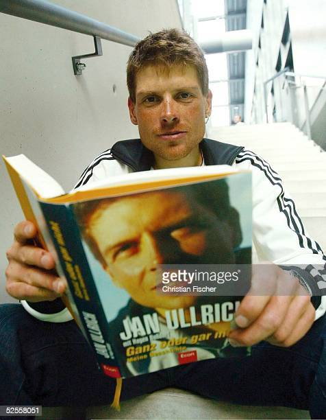 Radsport Buchvorstellung 2004 Leipzig Jan ULLRICH / GER TMobil liesst nach der letzten Etappe der Deutschlandrundfahrt ein Probeexemplar seines vor...