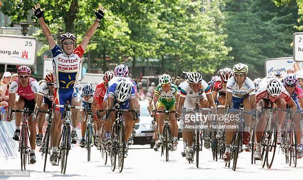Radsport: HEW Cyclassics 2004, Hamburg; Stuart O'GRADY / AUS / Team Cofidis gewinnt das Rennen im Schlusssprint vor Paolo BETTINI / ITA / Team...