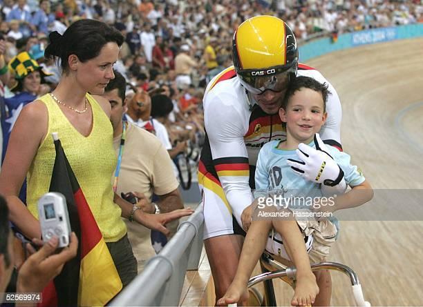 Radsport Olympische Spiele Athen 2004 Athen Bahnrad / Maenner / Team Sprint Gold Team GER Jens FIEDLER / GER nimmt seinem Sohn Ramon mit auf die...