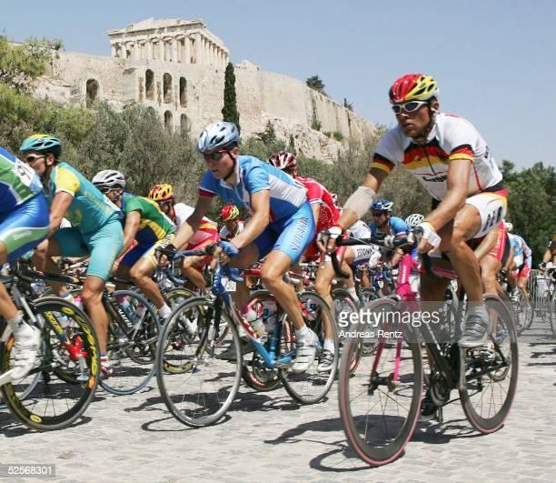 Radsport Olympische Spiele Athen 2004 Athen Rad Strasse / Einzelzeitfahren / Maenner Jan ULLRICH / GER vor der malerischen Kulisse der Akropolis...