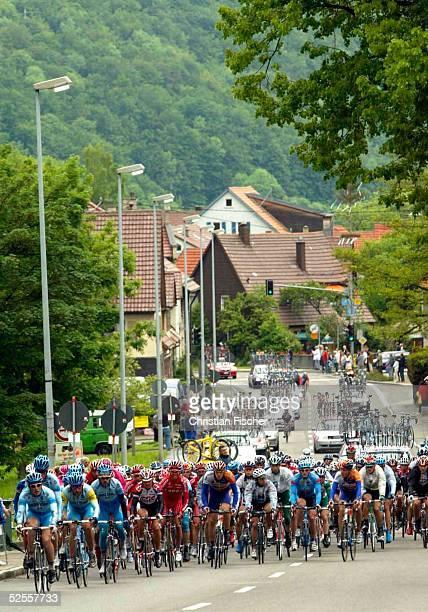 Radsport / Rad Strasse Deutschland Tour 2004 2 Etappe Bad Urach Wangen das Feld faehrt durch die Ortschaft Honau 010604