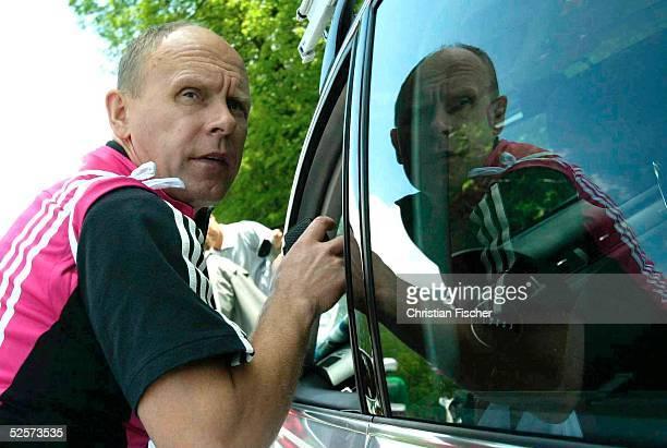 Radsport / Rad Strasse Deutschland Tour 2004 3 Etappe Wangen St Anton Ein Mitarbeiter des Team TMobile funkt an der Verpflegungsstelle nach dem...