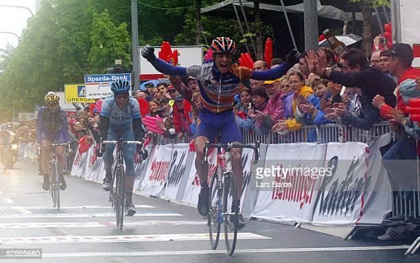 Radsport Rund um den Henninger Turm 2004 Frankfurt Zieleinlauf Sieger Karsten KROON / Rabobank / NED Danilo HONDO / GER / Gerolsteiner hinten...