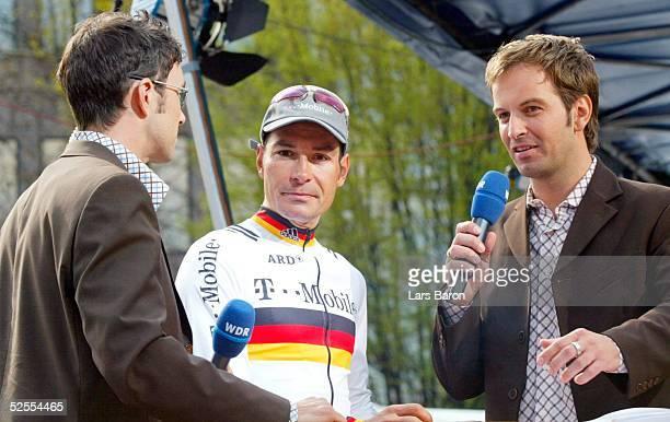 Radsport: Rund um Koeln 2004, Koeln; Erik ZABEL / T-Mobile im Interview mit Marcel WUEST und ARD Moderator Claus LUFEN 12.04.04.
