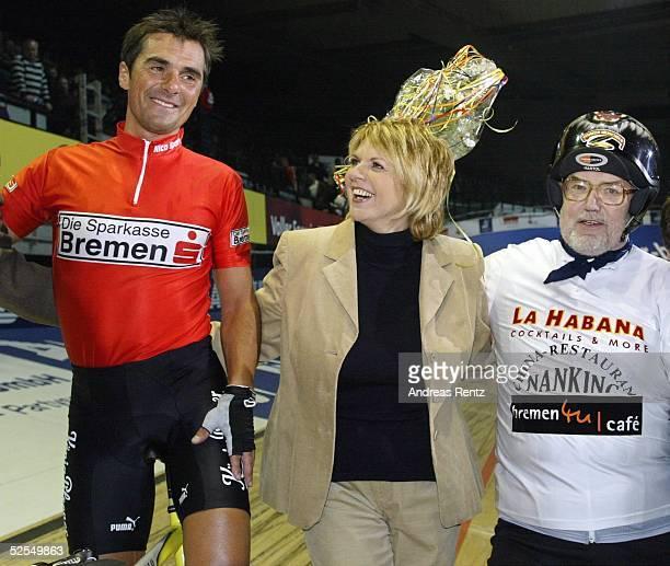 Radsport Sechs Tage Rennen 2004 Bremen DERNYRENNEN Andreas KAPPES gewinnt mit seinem Partner das 1 DERNYRENNEN am Donnerstag In der Mitte gratuliert...