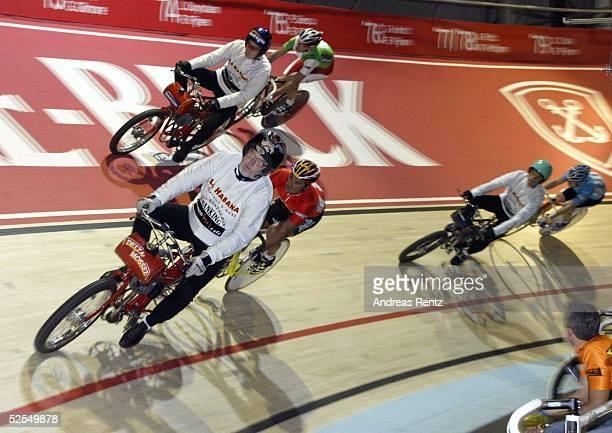 Radsport Sechs Tage Rennen 2004 Bremen DERNYRENNEN Andreas KAPPES / rotes Trikot und sein Derny siegen in der ersten Derny Wertung 080104