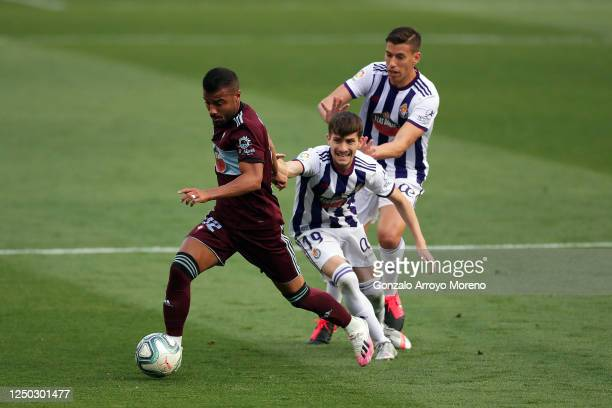 Rafa Alcantara 'Rafinha' of Celta de Vigo is challenged by Toni Villa and Ruben Alcaraz of Real Valladolid CF during the Liga match between Real...
