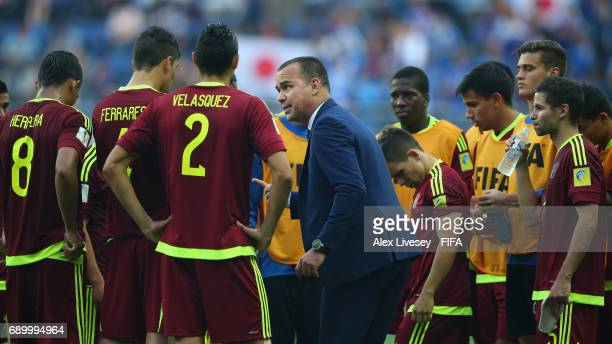 Rafael Dudamel the coach of Venezuela talks with his players prior to extra time during the FIFA U20 World Cup Korea Republic 2017 Round of 16 match...