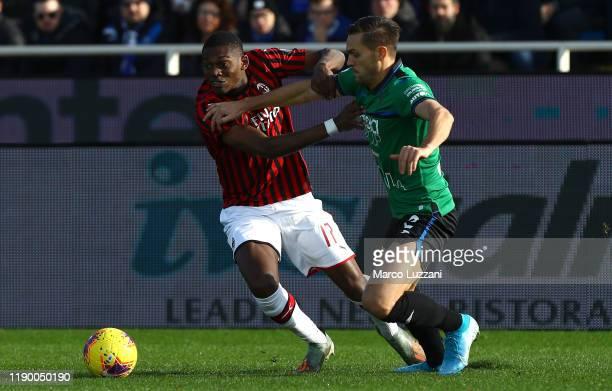 Rafael Leao of AC Milan competes for the ball with Rafael Toloi of Atalanta BC during the Serie A match between Atalanta BC and AC Milan at Gewiss...