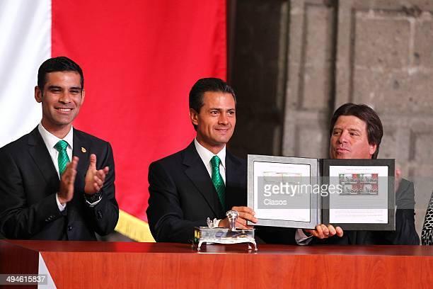 Rafael Marquez of Mexico Miguel Herrera coach of Mexico and Enrique Peña Nieto President of Mexico attend a Mexico National Team Farewell Ceremony at...