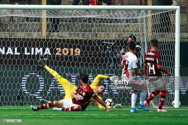 Rafael Santos Borre of River Plate scores the the first goal of his team against Diego Alves of Flamengo during the final match of Copa CONMEBOL...