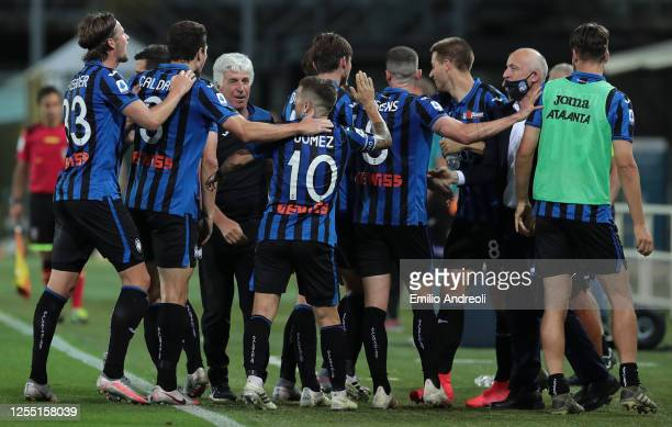 Rafael Toloi of Atalanta BC celebrates with his teammates after scoring the opening goal during the Serie A match between Atalanta BC and UC...