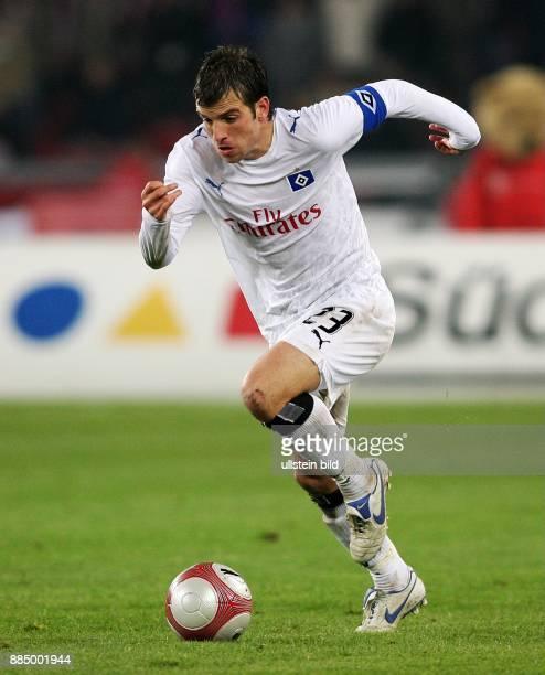 Rafael van der Vaart Mittelfeldspieler Hamburger SV Holland in Aktion am Ball