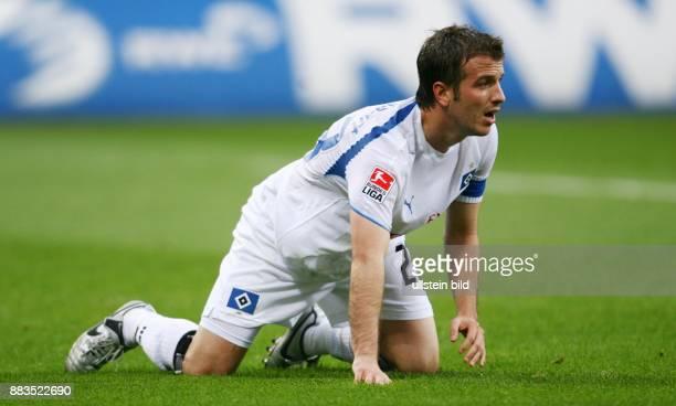 Rafael van der Vaart Mittelfeldspieler Hamburger SV Holland kniet auf dem Rasen