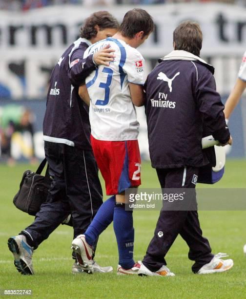 Rafael van der Vaart Mittelfeldspieler Hamburger SV Holland wird von Betreuern vom Platz geführt