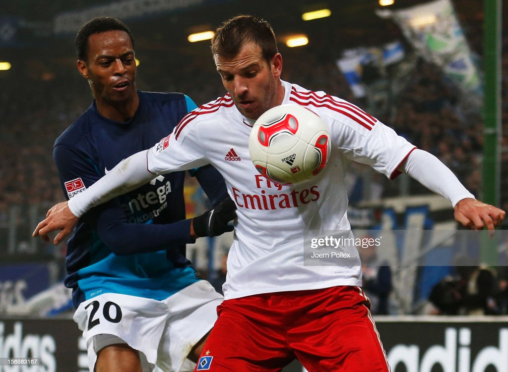 Rafael van der Vaart (R) of Hamburg and Junior Diaz of Mainz compete for the ball during the Bundesliga match between Hamburger SV and 1. FSV Mainz 05 at Imtech Arena on November 17, 2012 in Hamburg, Germany.