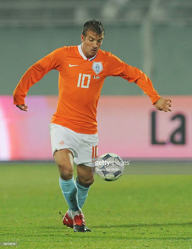 Rafael van der Vaart of Holland in action during the International Friendly Match between Italy and Holland at Adriatico Stadium on November 14, 2009 in Pescara, Italy.