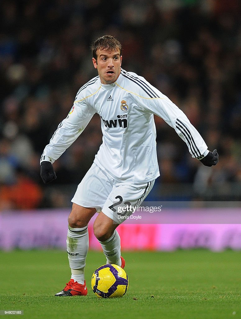 Rafael Van Der Vaart of Real Madrid in action during the La Liga match between Real Madrid and Real Zaragoza at the Santiago Bernabeu stadium on December 19, 2009 in Madrid, Spain.